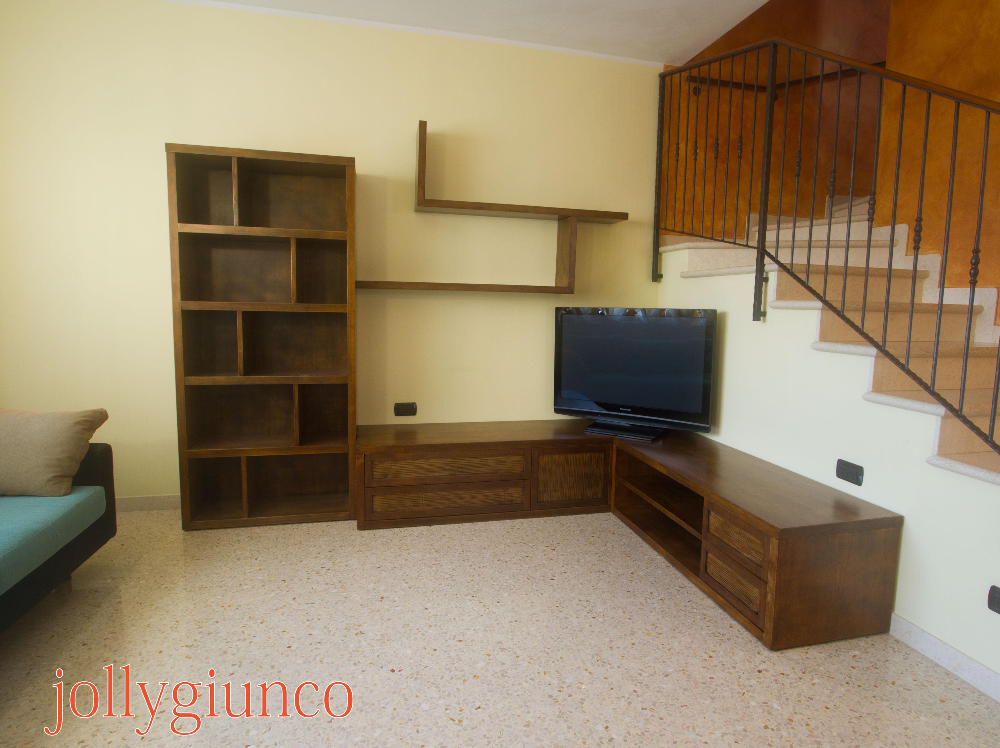 Angolo Tv Moderno produzione soggiorno in crash bambù e legno.